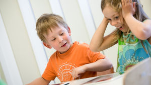 Lapset pelaavat Pikku Kakkosen uutta sovellusta tabletilla.