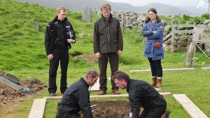 Shetlandsaarten murhat. Kuvassa Sandy Wilson (Steven Robertson), Jimmy Perez (Douglas Henshall) ja Alison 'Tosh' MacIntosh (Alison O'Donnell)