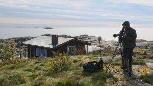 Petteri Saario filmar på Tove Janssons Klovharun.