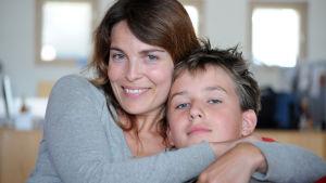Vera med sin son Jeppe i dramaserien Inget ljus i tunneln