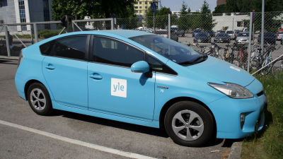 Yles hybridbil i bolagets färg.