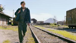 Sam Riley elokuvassa Matkalla, joka pohjautuu Jack Kerouacin riomaaniin.
