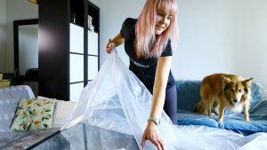 Nelli Orasmaa pakkaa kotiaan putkiremontin alta.