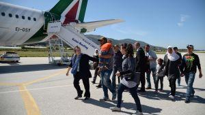Gruppen på tolv syriska flyktingar på Lesbos visas ombord på påvens plan för resan till Rom.
