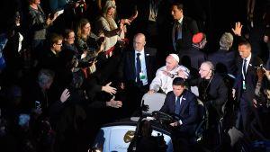 Påven Franciskus och biskop Munib A. Younan anländer till Malmö Arena.