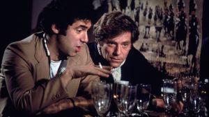 Täyskäsi (California Split), ohjaus Robert Altman. Kuvassa George Segal, Elliott Gould.