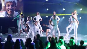 Dansarna uppträder under finalen av MGP 2016.