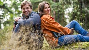 Ulos luontoon -sarjan juontajat Kimmo Ohtonen ja Minna Pyykkö.
