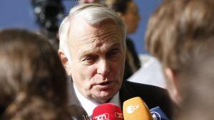 Frankrikes utrikesminister Jean-Marc Ayrault vädjar om en verklig debatt om sanktionerna så att de inte förlängs automatiskt varje gång som de är på väg att löpa ut