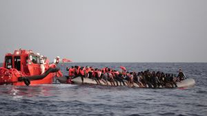 Italienska Röda Korset och frivilligorganisationen MOAS räddar flyktingar i oktober.