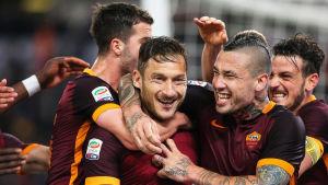 Francesco Totti och Radja Nainggolan firar ett mål mot Torino.