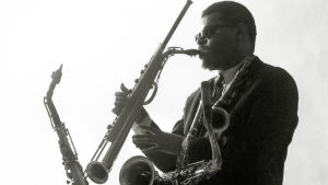 Multi-instrumentaristi Rahsaan Roland Kirk. Kuva dokumenttielokuvasta Rahsaan Rolan Kirk: The Case of the Three Sided Dream (2014).