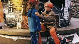 Joonas Bragge ja Jyri Ojansivu elokuvassa Sairaan kaunis maailma.