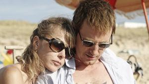 Pieniä valkoisia valheita. Isabelle Ribaud (Pascale Arbillot) ja Vincent Ribaud (Benoit Magimel).
