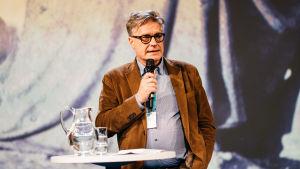 Dosentti Heikki Hellman puhuu Ulkolinjan 40-vuotisseminaarissa