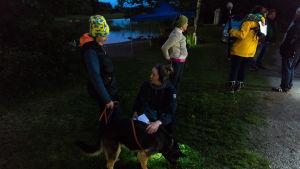 Koirankouluttaja Taika-koiran kanssa ja Åsa Nybo.