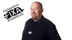 Marcus Rosenlund med en logo för #TaDetPåAllvar - Fixa mobbningen
