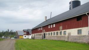 I förgrunden Västankvarn gård gamla ladugprd, i mitten den som byggdes 1997 och längst bort syns nybygget.