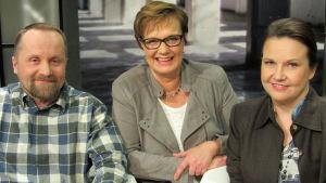 Ahti Helynen, Hilla Blomberg (kesk.) ja Outi Korhonen