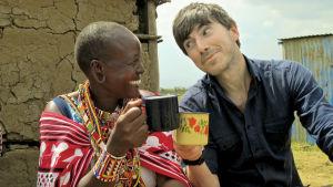Lucy Seleyian ja Simon Reeve juomassa teetä Keniassa