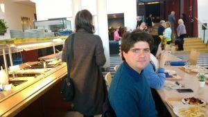 Fedor Rudin lounaalla Helsingin konservatorion kahvilassa.