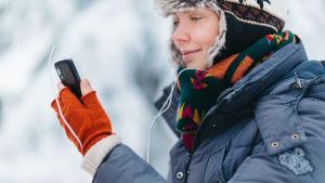 nainen kännykkä kädessä