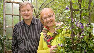 Paula Ritanen-Närhi ja Heikki Koskinen juontavat kesän puutarhasarjaa.