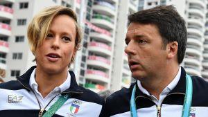 Premiärminister Matteo Renzi som har besökt Brasilien, vill hålla folkomröstningen om grundlagen inom ett par månader. Här träffar Renzi simmaren Federica Pellegrini i OS-byn