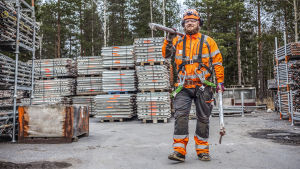 Toni Kaijala kantaa rakennustelineputkia