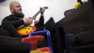 Toni Kaijala soittaa kitaraa