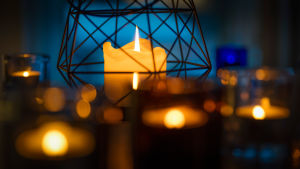 Kynttilöitä pöydällä.