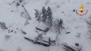Stora delar av hotellet har begravts i snömassorna.