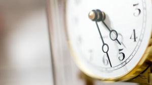 Lähikuva kellosta, joka näyttää aikaa 5.28.