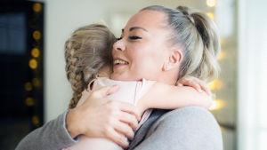 Laulaja Johanna Pakonen halaa tytärtään.