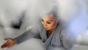Johanna Pakonen istuu pöydän ääressä. Kuva otettu yläviistosta.