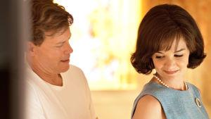 Draamasarja kertoo tosipohjaisen tarinan politiikassa menestyneestä, mutta kolhuja kokeneesta Kennedyn perheestä.