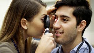 Sorosuh Mehrabkhani får sina ögon undersökta i dokumentären Stolthet.