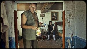 Man och kvinna i Ukraina i sliten bostad