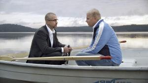 Työlleen omistautuneen poliitikon elämä muuttuu yhden vaali-illan aikana. Draamasarjan pääroolissa nähdään Kristo Salminen.