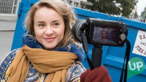 Sonja Ollila Uusi Päivä-sarjasta kuvaa videoblogia.