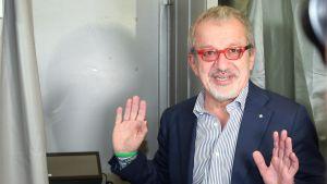 Lombardiets regionpresident Roberto Maroni intervjuades i en vallokal i Lozza.