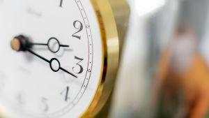 Lähikuva kellosta, joka näyttää aikaa 2.16.