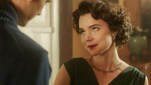 Nina Löwander tittar på sin man i dramaserien Vår tid är nu