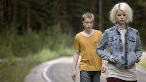 Elokuva kahden nuoren hauraasta rakkaudesta, mielettömästä pakomatkasta halki kesäisen Suomen.