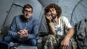 Louis Theroux ja heroinisti Nate Walsh, joka asuu Ohio-joen rannalla teltassa.