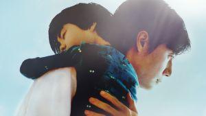 Isä halaa sylissään olevaa poikaansa.