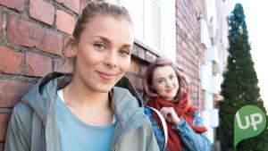 Kuvassa Silja Ollila (Laura Allonen) ja Sonja Ollila (Hennariikka Laaksola).