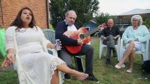 Eleonor sjunger med sin släkt på en hemmafest.