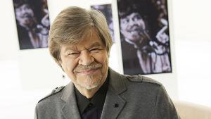 Taiteilija M.A. Nummisen uraan mahtuu kirjallisuutta, musiikkia, filosofiaa sekä kunniatohtorius – ja jänis.