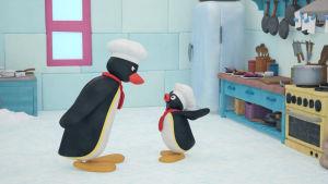 kaksi animaatiopingviiniä keskustelee toistensa kanssa.